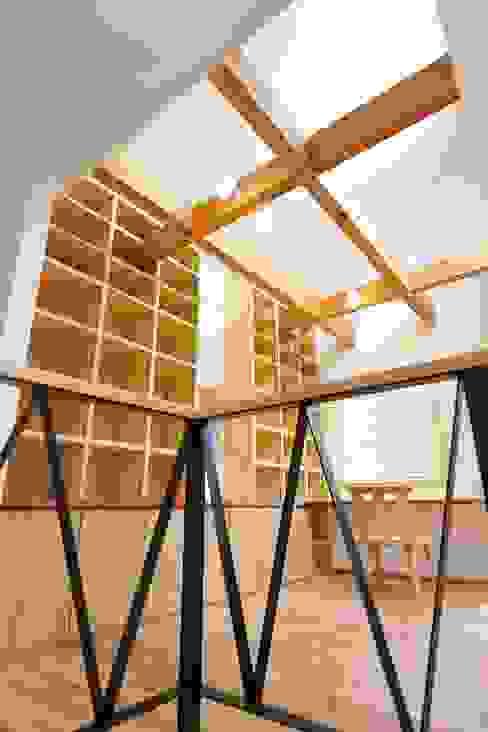 2階ホールにあるファミリーライブラリー: 空間工房株式会社が手掛けた折衷的なです。,オリジナル 木 木目調