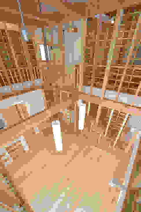 家じゅうが本棚: 空間工房株式会社が手掛けた折衷的なです。,オリジナル 木 木目調