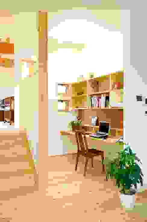 居間に隣接したオープン机: 空間工房株式会社が手掛けた折衷的なです。,オリジナル 木 木目調