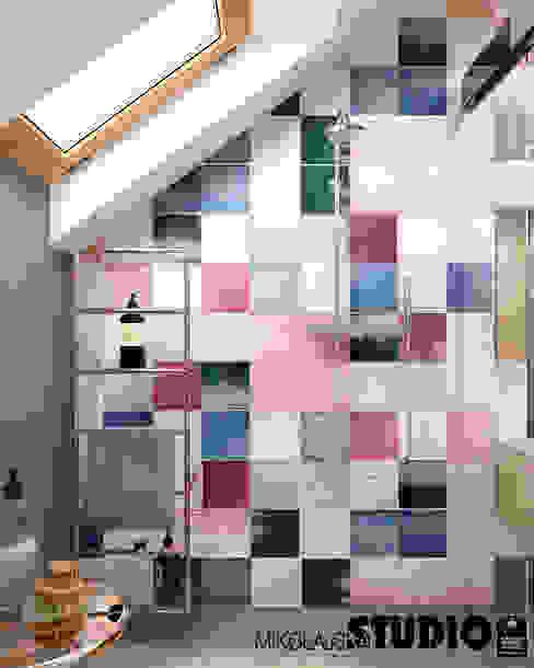 Kolorowe BoHo Skandynawska łazienka od MIKOŁAJSKAstudio Skandynawski