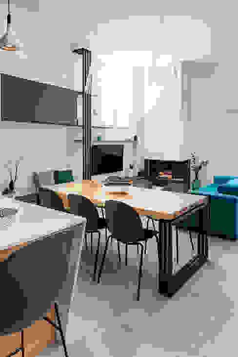 Living manuarino architettura design comunicazione Sala da pranzo in stile mediterraneo Legno Blu