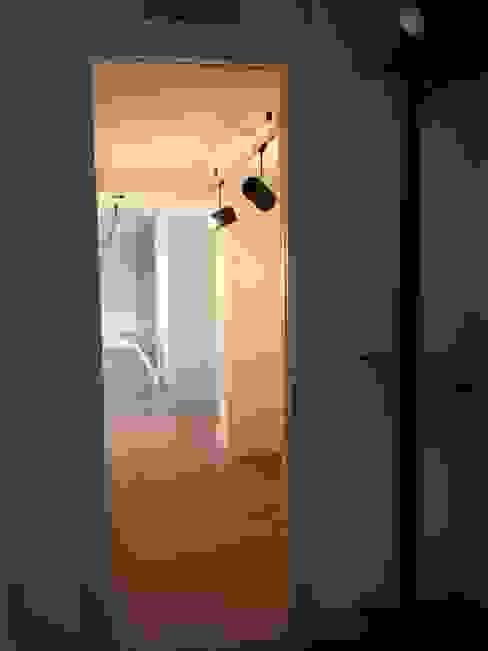 PASILLO: Pasillos y vestíbulos de estilo  de Arquide Estudio, reforma y rehabilitación en Madrid, Moderno Cerámico