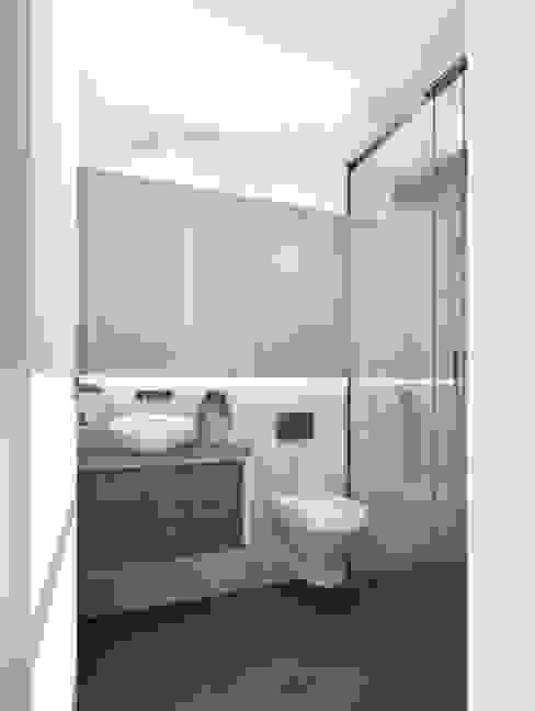 Simplicidade em WC Casas de banho modernas por Lisbon Heritage Moderno