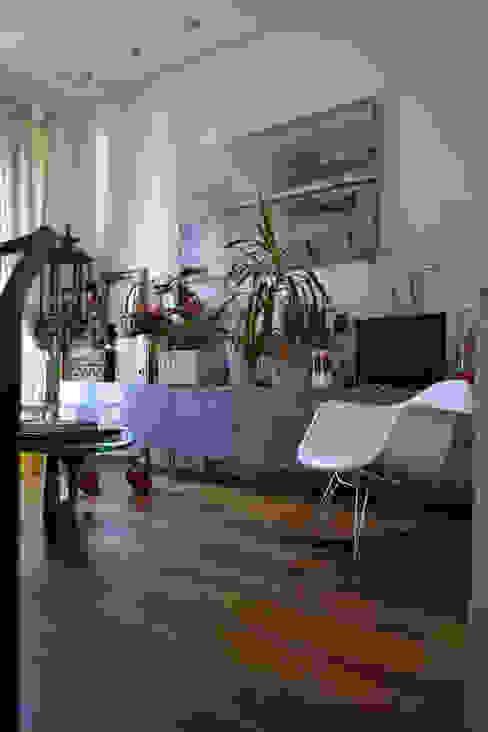 Salón reformado del ático GAP plataforma creativa Salones de estilo mediterráneo Madera Acabado en madera