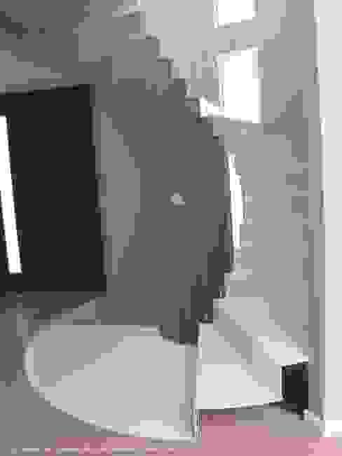 Escalera circular concéntrica. DYOV STUDIO Arquitectura, Concepto Passivhaus Mediterraneo 653 77 38 06 Escaleras Metal Blanco