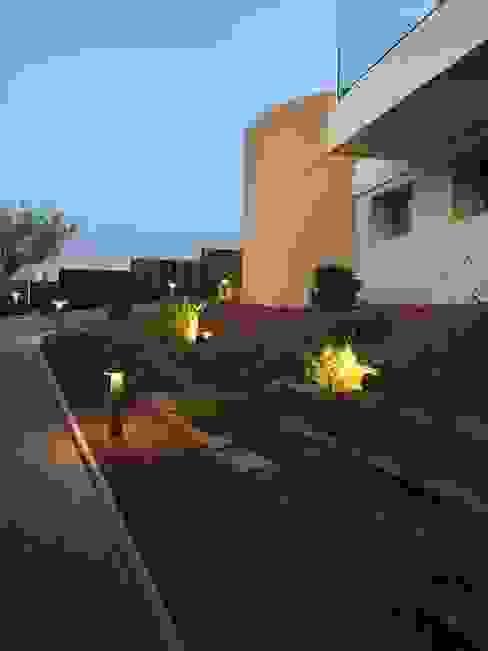 Acceso peatonal DYOV STUDIO Arquitectura, Concepto Passivhaus Mediterraneo 653 77 38 06 Jardines delanteros Madera Marrón