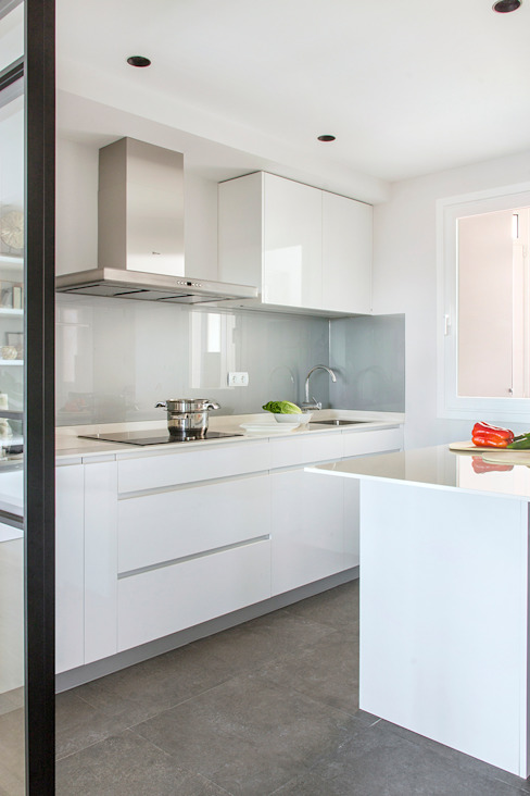 Reforma y Amueblamiento en vivienda piso en zona La Paz II Cocinas de estilo moderno de itta estudio Moderno
