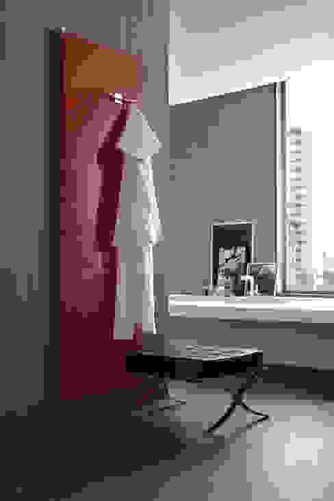 CIGNOCLIMA SRL Baños de estilo minimalista Aluminio/Cinc Rojo