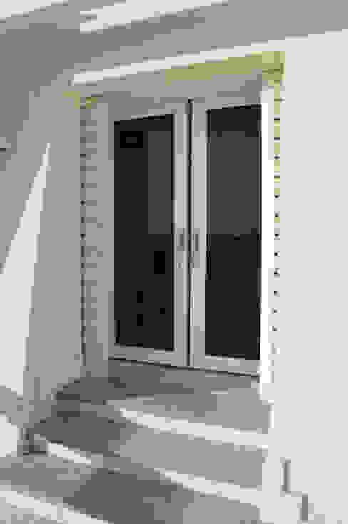 Porta finestra in pvc Schuco Finestre & Porte in stile moderno di Modoal Moderno PVC