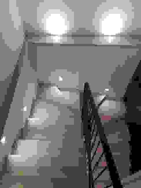 Ristrutturazione Abitazione Privata - Scale con Faretti Led Segnapasso di Light Inspiration Moderno