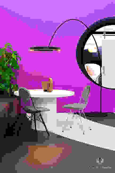 Moderne eethoek met felgekleurde muur in de kleur Allium Pure & Original Eclectische eetkamers IJzer / Staal Paars / Violet