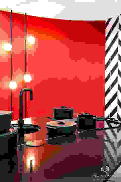 Krachtige rode keuken met contrasterend zwart van Pure & Original Modern Graniet