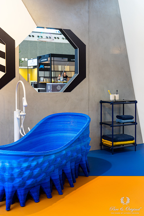 Een spannende en moderne look voor de badkamer met fel blauw en oranje Moderne badkamers van Pure & Original Modern