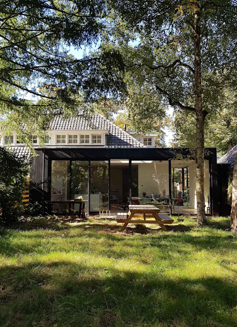 atelier GisTH Scandinavian style houses Wood Black