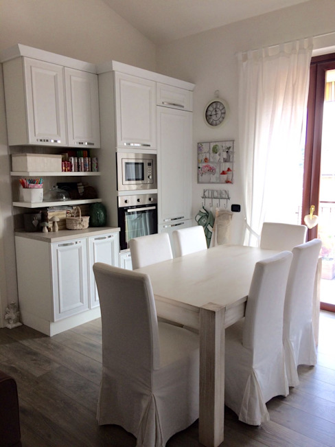 Cucina Shabby Chic parete B L&M design di Marelli Cinzia Cucina in stile classico Legno Bianco