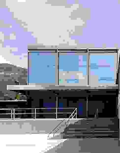 Aldana Sánchez - Ingenieros Arquitectos Living room Iron/Steel White