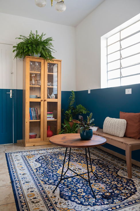 Sala multifuncional para a família próxima à cozinha COTA760 Salas de estar modernas Madeira Azul