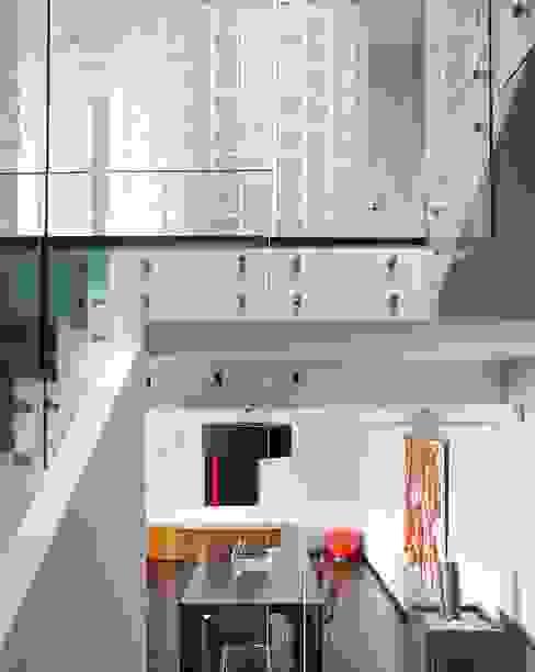 Vista interior, escala amb barana de vidre. Salones de estilo moderno de Esteve Arquitectes Moderno