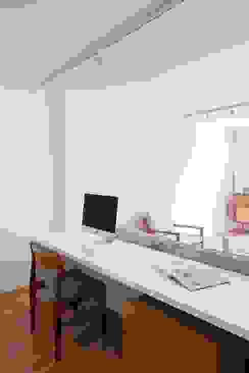Lola Cwikowski Studio Salones de estilo minimalista