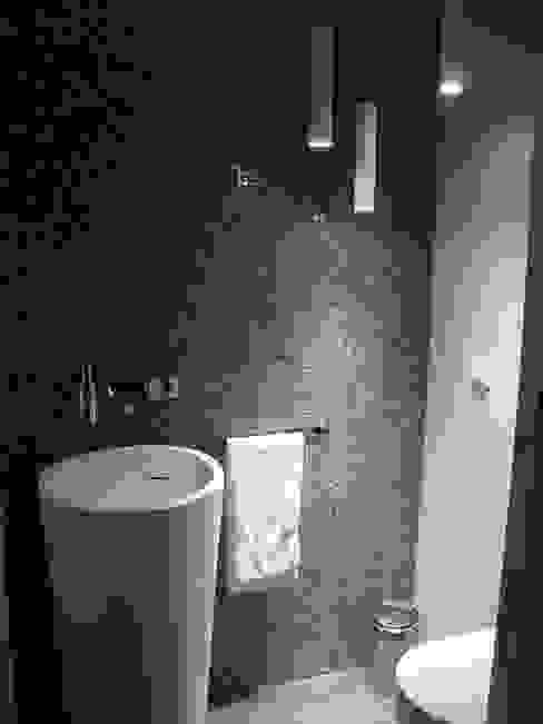 Casa de banho social AlexandraMadeira.Ac - Arquitectura e Interiores Casas de banho ecléticas Cerâmica Castanho