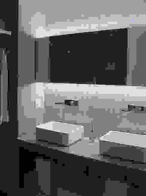 Casa de banho - os lavatórios em Corian sobre bancada em microcimento e a parede em pastilha Sicis criaram um efeito espectacular AlexandraMadeira.Ac - Arquitectura e Interiores Casas de banho modernas Cinzento