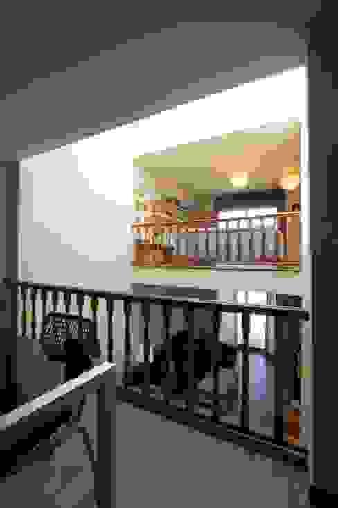 Reforma de vivienda unifamiliar de 3 plantas en Sant Just (Barcelona) Salones de estilo ecléctico de CREAPROJECTS. Interior design. Ecléctico