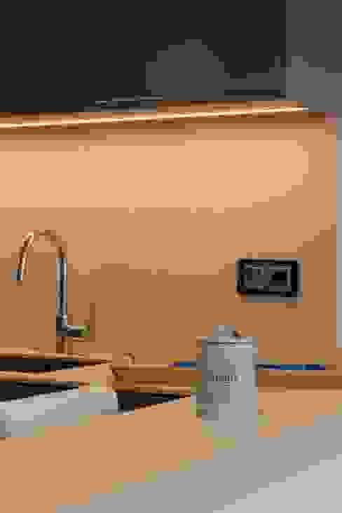 Detalle luz oculta cocina Cocinas de estilo ecléctico de CREAPROJECTS. Interior design. Ecléctico