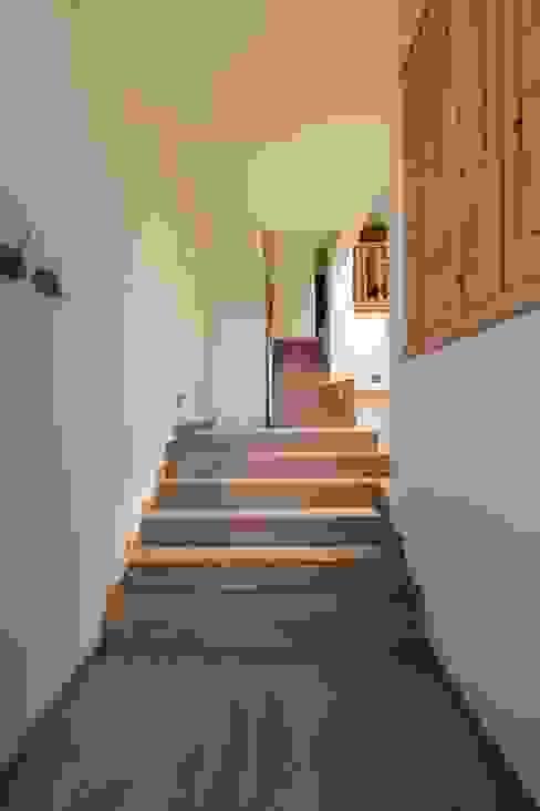 Escalera de CREAPROJECTS. Interior design. Ecléctico Madera maciza Multicolor