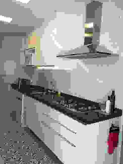 Apartamento moderno em tons neutros Cozinhas escandinavas por NEUSA MORO Escandinavo