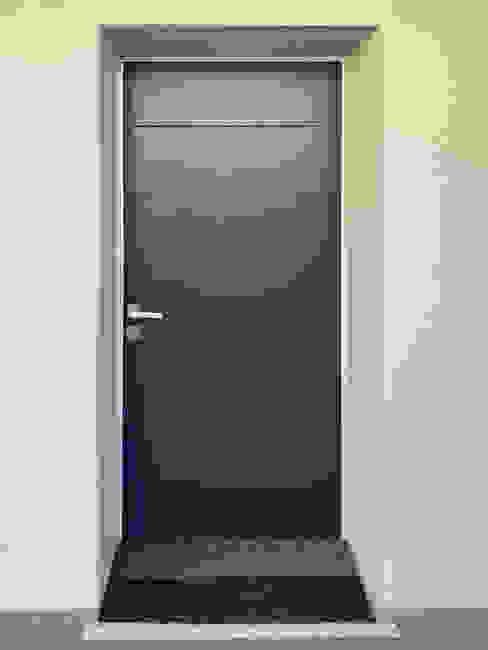 Installazione porta blindata Oikos Evolution 3TT Finextra Ingresso, Corridoio & Scale in stile moderno Blu