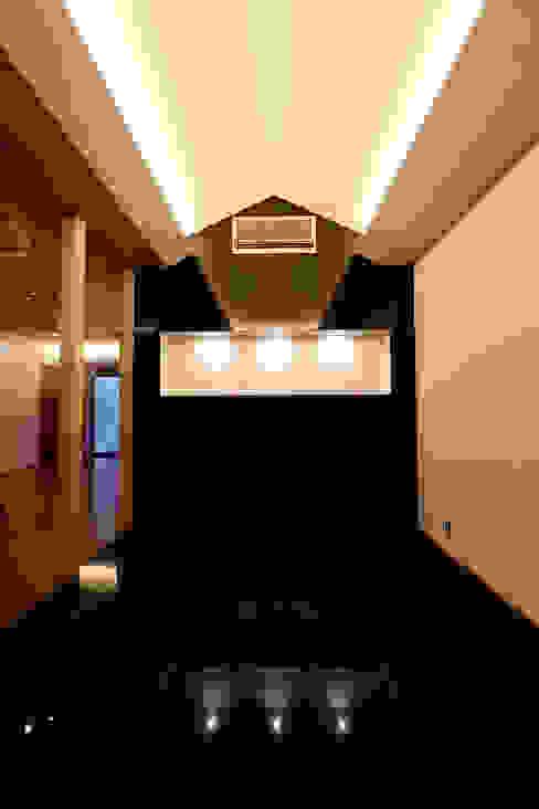 「IGAKANBE」 CN-JAPAN/藤村正継 和風の 玄関&廊下&階段 大理石 黒色