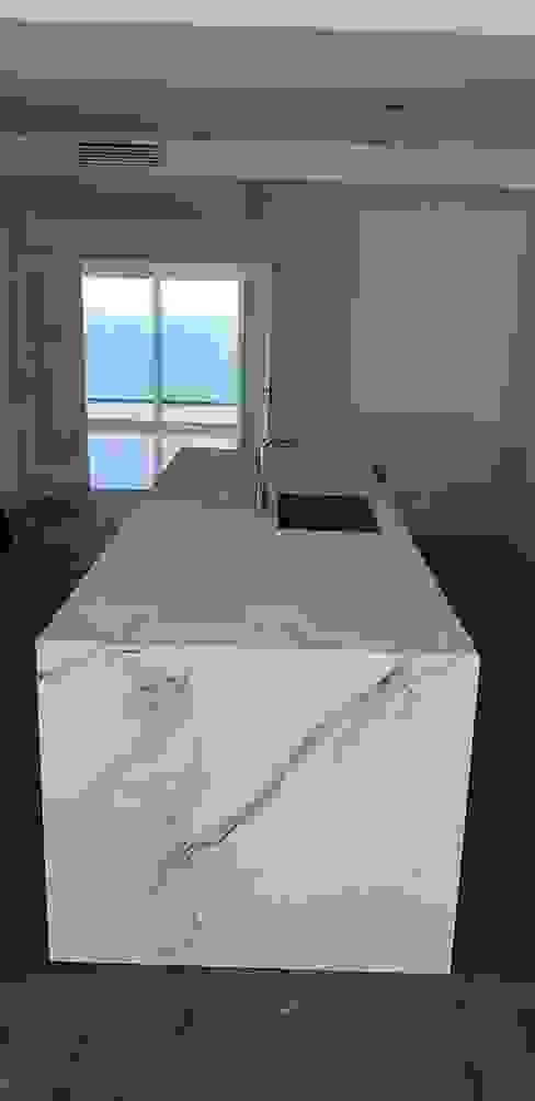 Isla central con Dekton Aura y fregadero de Decodan - Estudio de cocinas y armarios en Estepona y Marbella Minimalista Cerámico
