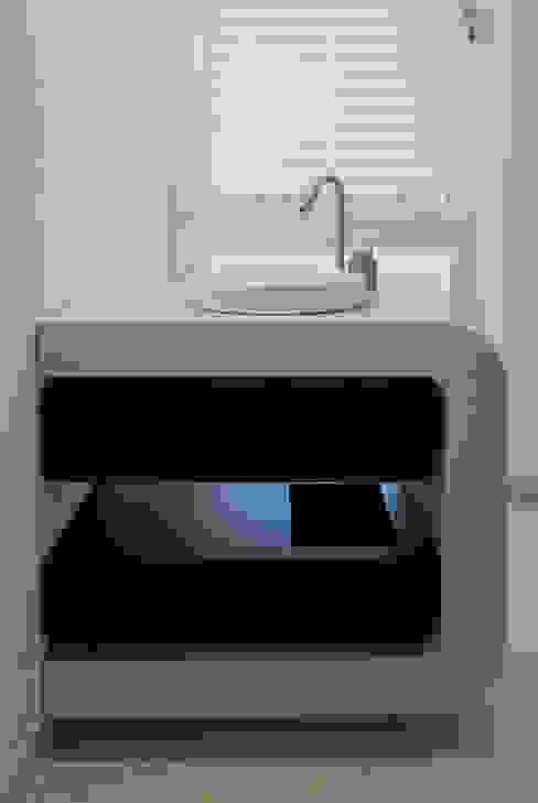 Betonwaschtisch mit Wengeschubladen: modern  von material raum form,Modern Beton