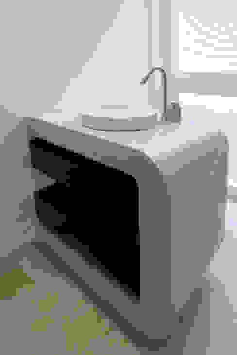 Betonwaschtisch mit Außen- und Innenradius: modern  von material raum form,Modern Beton