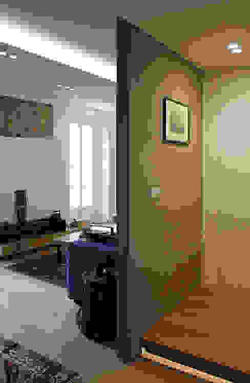 Couloir, entrée, escaliers modernes par Onice Architetti Moderne Béton armé