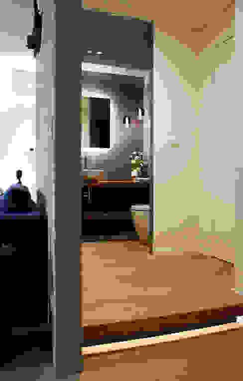 Salle de bain moderne par Onice Architetti Moderne Bois Effet bois