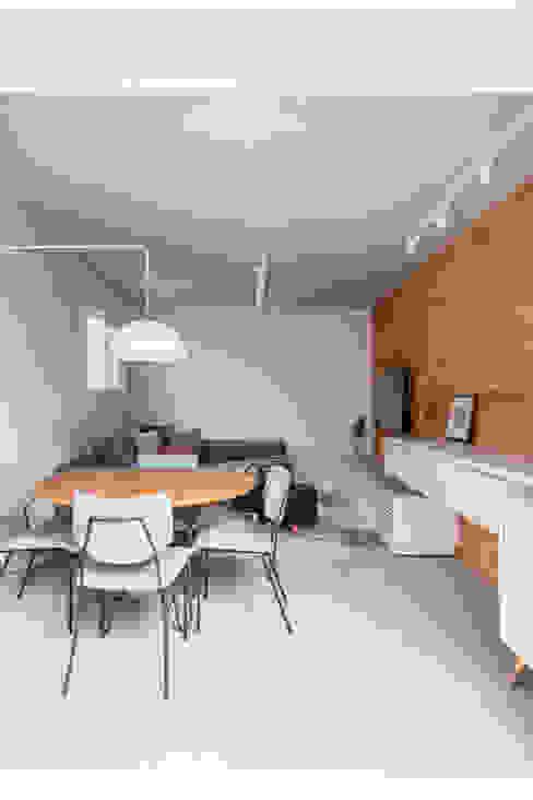 Modern Living Room by Mirá Arquitetura Modern Bricks