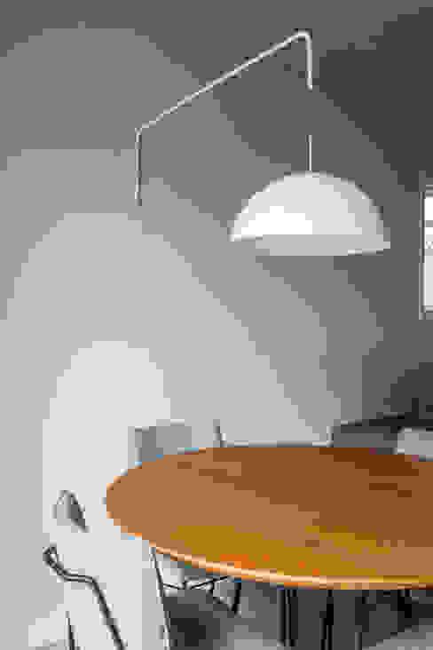 SALA MULTIFUNCIONAL MODERNA E ACONCHEGANTE Salas de jantar modernas por Mirá Arquitetura Moderno Madeira maciça Multi colorido
