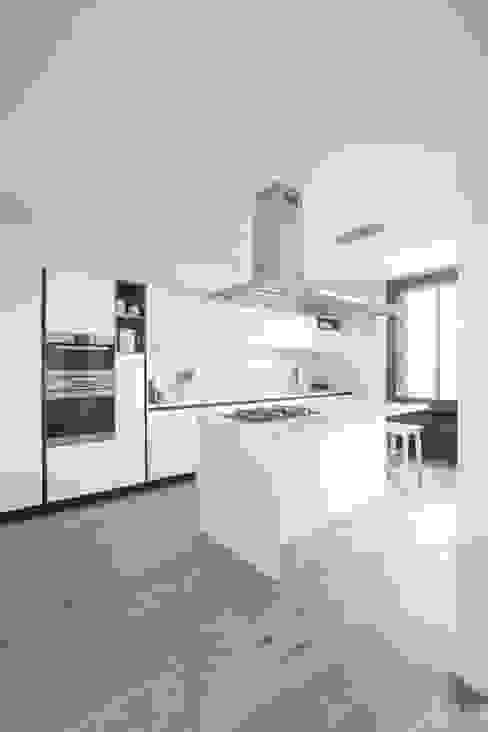 現代廚房設計點子、靈感&圖片 根據 GruppoTre Architetti 現代風