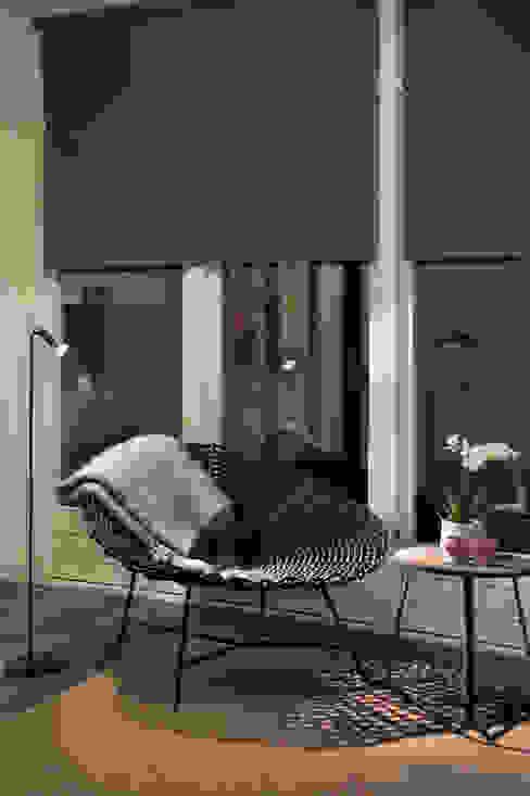 Ester Lipsch Creatief Ontwerp モダンスタイルの 玄関&廊下&階段 黒色