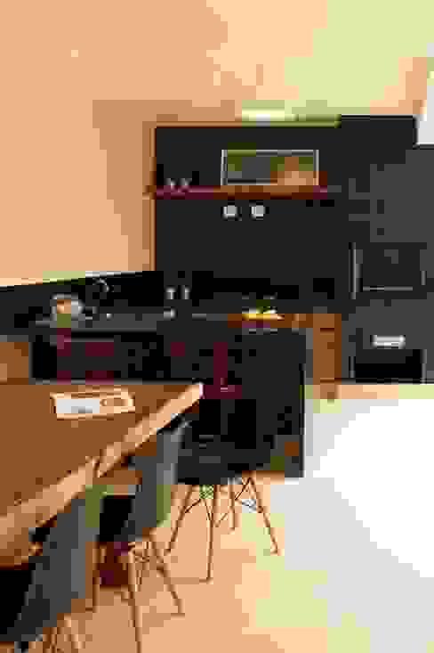 """Área de lazer com churrasqueira e espaço para refeições """"outdoor"""" por RAWI Arquitetura + Design Moderno Cerâmica"""