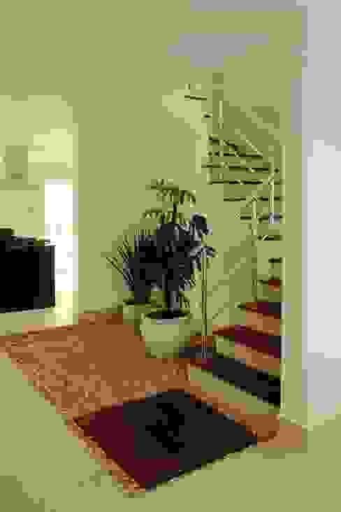 Remodelação de escada existente por RAWI Arquitetura + Design Moderno Madeira Efeito de madeira