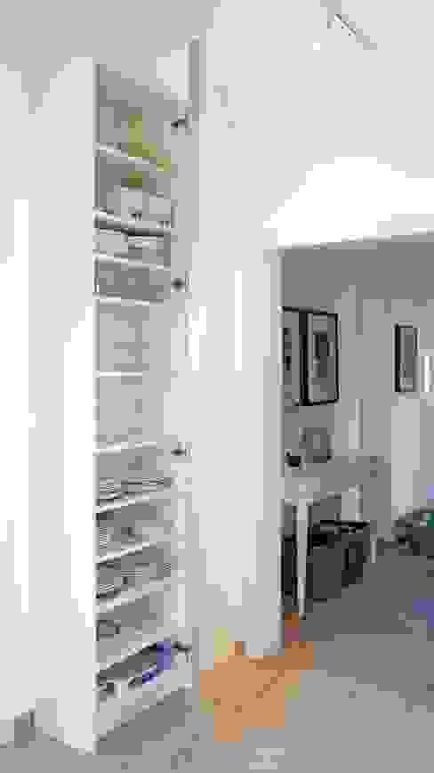 Hochschrank mit Einlegeböden für Geschirr Hammer & Margrander Interior GmbH Moderne Esszimmer Weiß