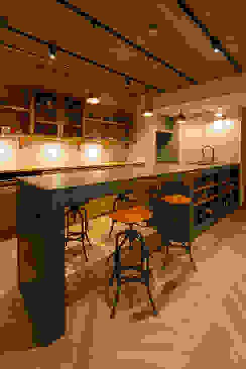 4.5mのモールテックスカウンター イクスデザイン / iks design インダストリアルデザインの ダイニング コンクリート 灰色