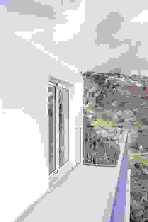 Varanda do piso superior por AA.Arquitectos Eclético Ferro/Aço