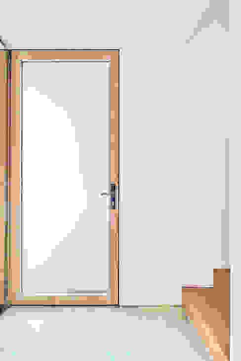 Eingangstüre Diele Steffen Wurster Freier Architekt Minimalistischer Flur, Diele & Treppenhaus Grün