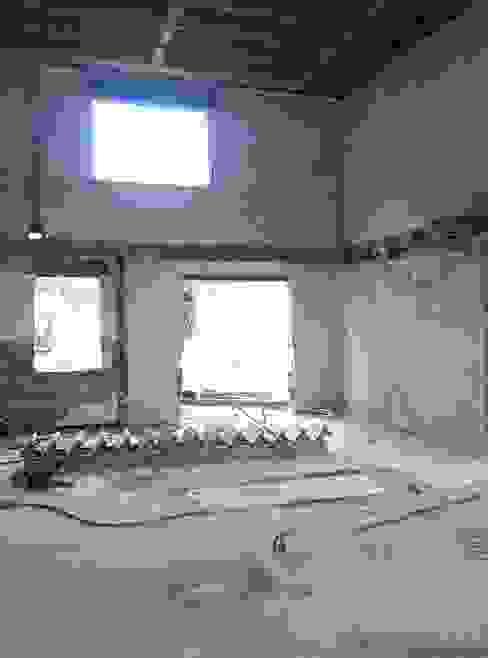 Wohnzimmer während Umbau Steffen Wurster Freier Architekt Minimalistische Wohnzimmer Beige