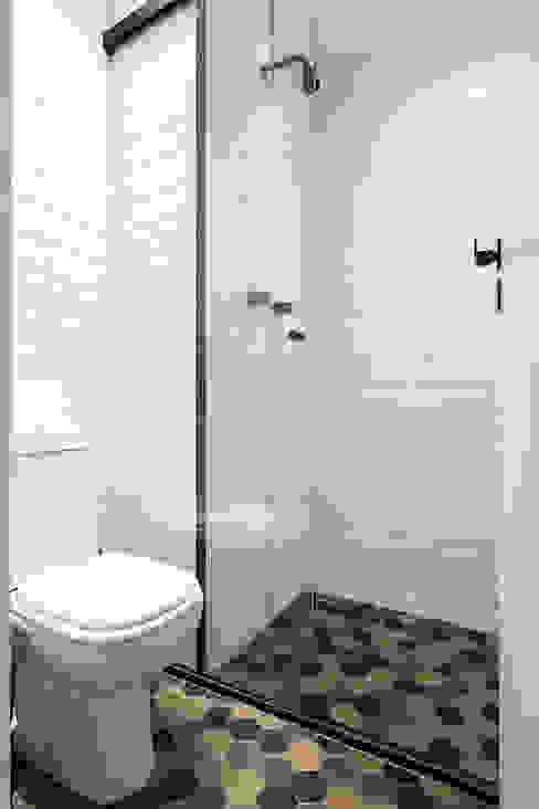 Apartamento compacto no centro de São Paulo Estudio Piloti Arquitetura Banheiros modernos Cerâmica Branco