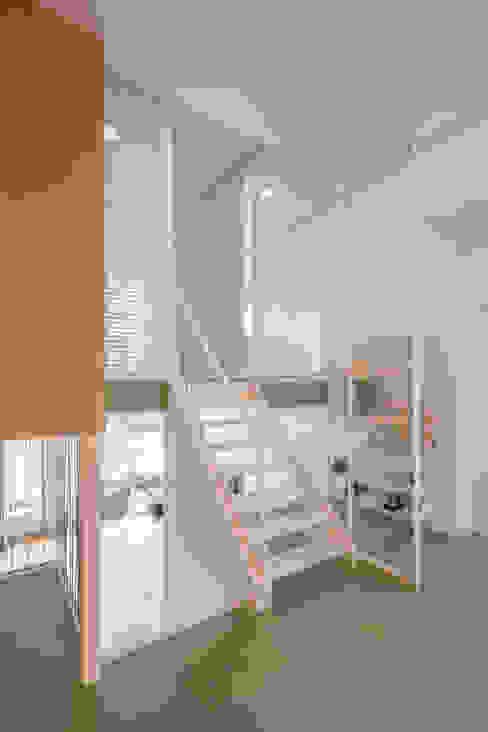 Appartement IJburg, Amsterdam Moderne gangen, hallen & trappenhuizen van ÈMCÉ interior architecture Modern Hout Hout