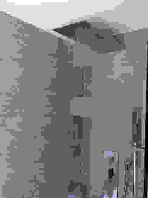 CLARE studio di architettura Modern bathroom